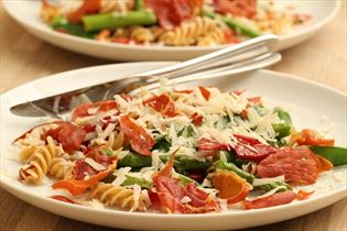 Pasta salad with asparagus and parma ham