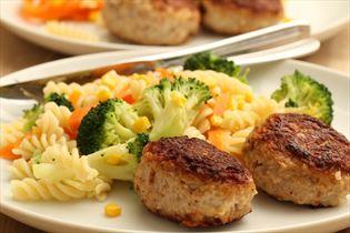 Rissoles with pasta salad