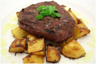 Steak with barbecue potatoes and béarnaise sauce