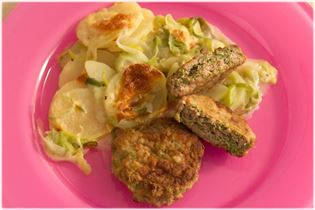Pork patties with beans and leek-potatoes
