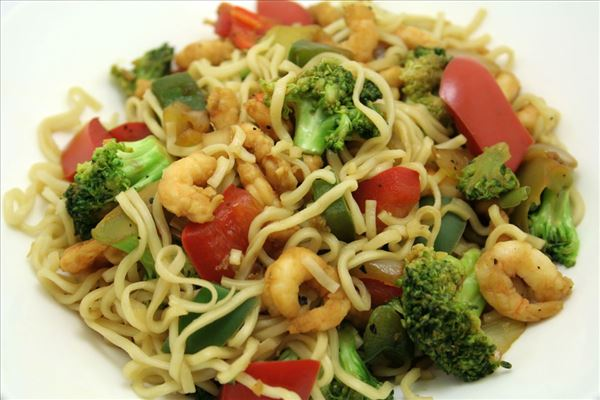 Stir-fry with prawns and noodles