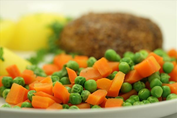 Pork patties with peas and carrots