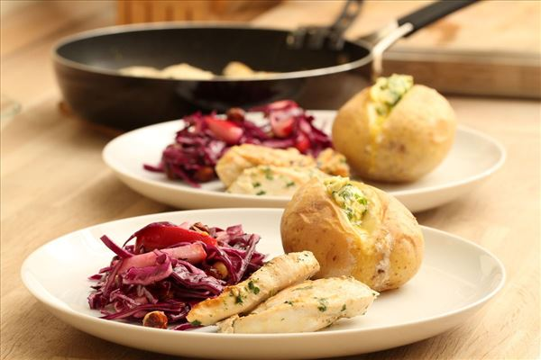 Baked potato with chicken and red cabbage salad