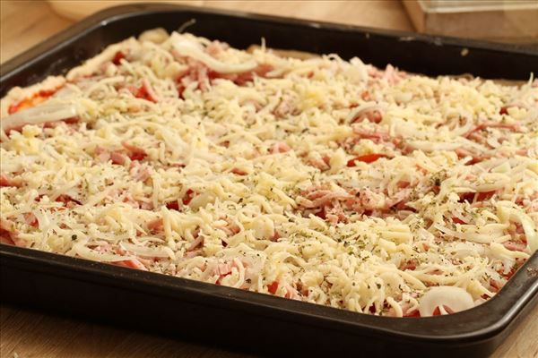 Pizza with ham and cheese