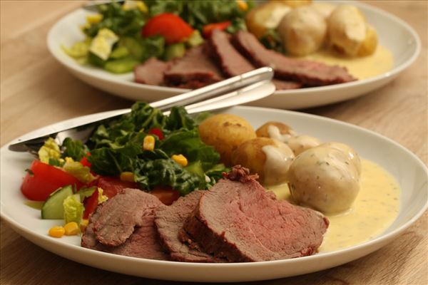 Roast beef with potatoes and béarnaise sauce