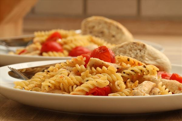 Fried pasta with chicken and tomato