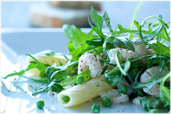 Pasta salad with prawns and peas