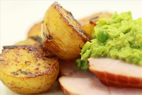 Ham with glazed potatoes and pea purée