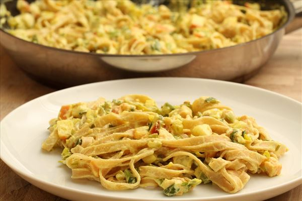 Fresh pasta with salmon and apple